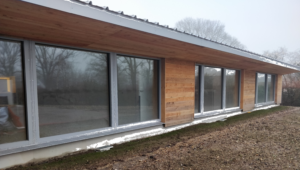 Façade de l'école maternelle de La-Ville-aux-Clercs dont les murs sont isolés en paille